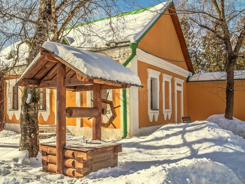 Vieux puits en bois photos libres de droits