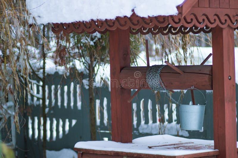 Vieux puits en bois rustique russe photos libres de droits