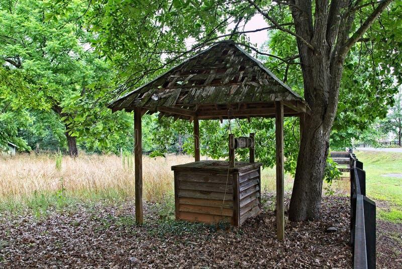 Vieux puits en bois photos stock