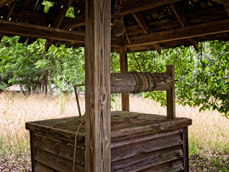 Vieux puits en bois image stock