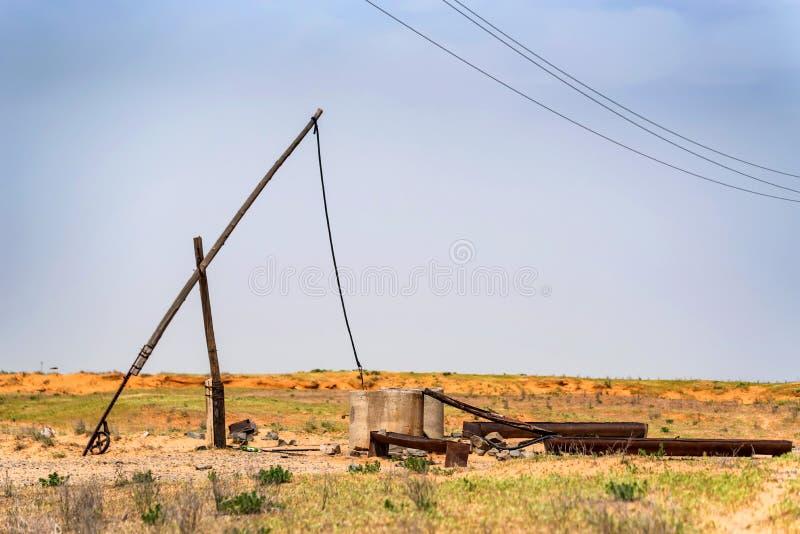Vieux puits et shadoof de champ en steppe photographie stock