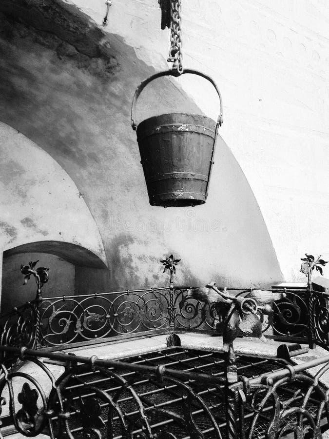Vieux puits noir et blanc photographie stock