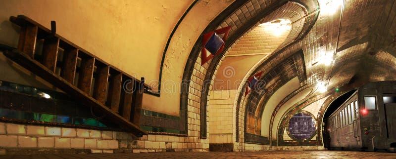 Vieux quai de souterrain photo stock