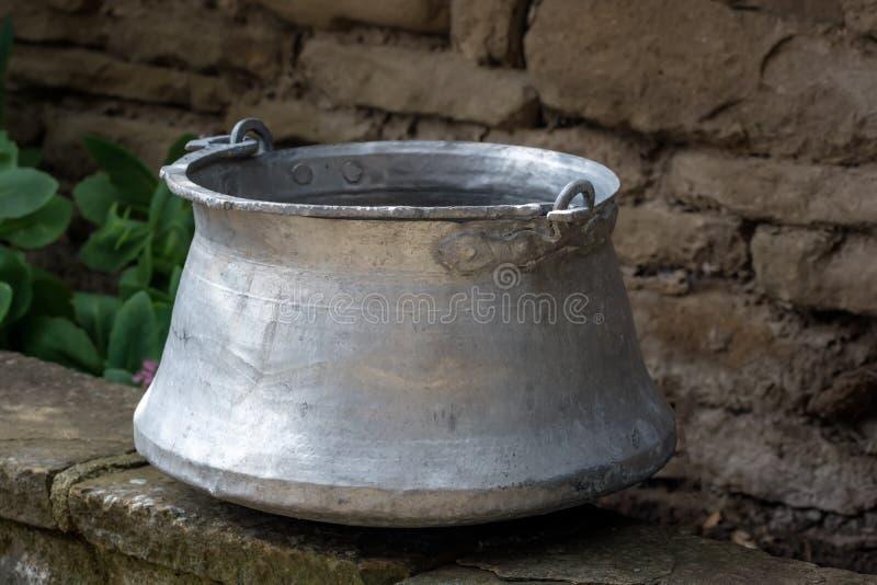 Vieux récipient de l'eau en métal dans le bakir de cuivre bulgare traditionnel de récipient de l'eau de jardin Utilisé pour appor photo libre de droits