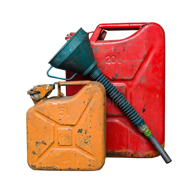 Vieux réservoir de carburant rouge et orange en métal pour transporter et stocker l'essence avec un entonnoir pour le carburant D image libre de droits