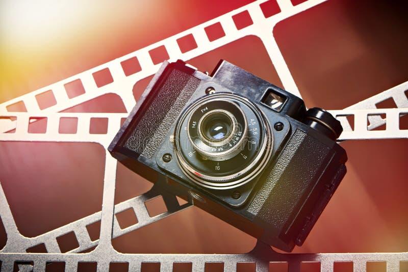 Vieux rétro appareil-photo de télémètre sur la perforation de film photos libres de droits