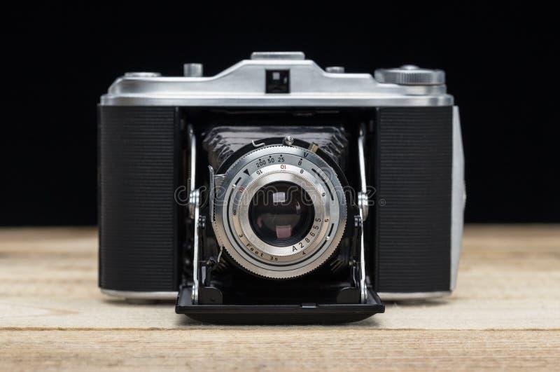 Vieux rétro appareil-photo sur les panneaux en bois de cru photos stock