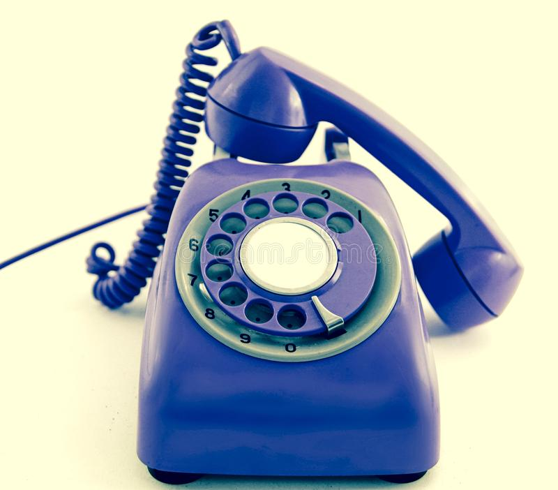 Vieux rétro bleu de téléphone outre du crochet, images stock