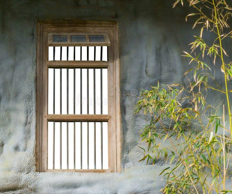 Vieux rétro cadre de fenêtre de prison avec des barres d'isolement sur le blanc image stock