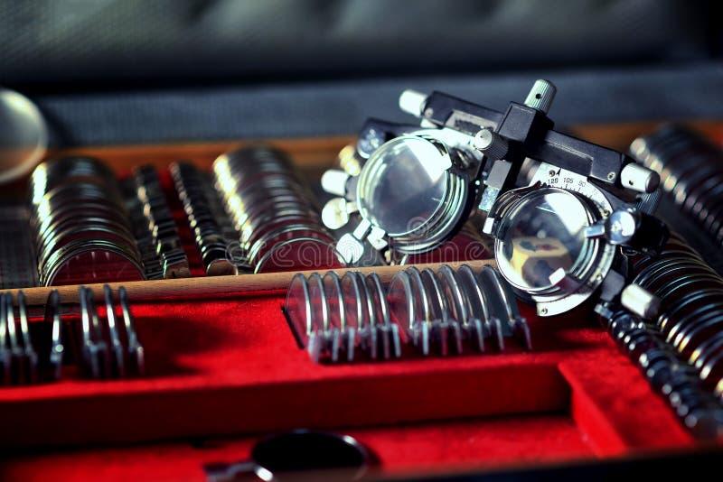 Vieux rétro outil de dioptrie d'optométriste dans un laboratoire d'opticien image libre de droits