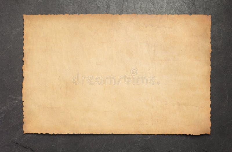 Vieux rétro parchemin de papier âgé sur l'ardoise images libres de droits