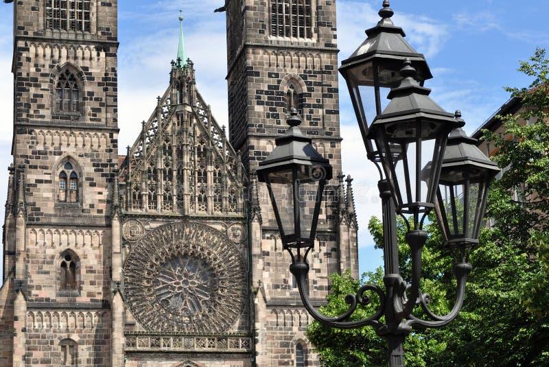 Vieux réverbère et église de Lorenz à Nuremberg photo stock