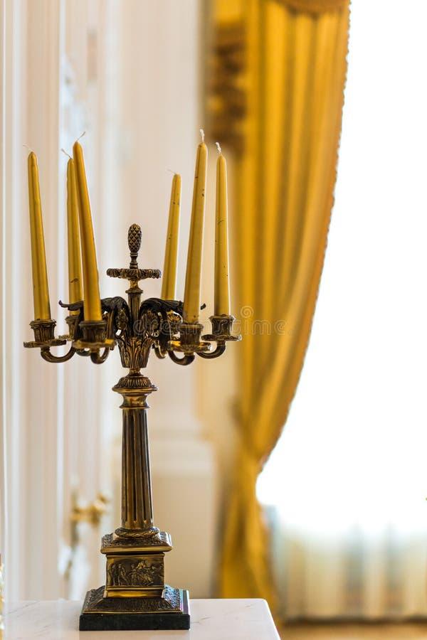 Vieux r?tro chandelier avec des bougies images stock