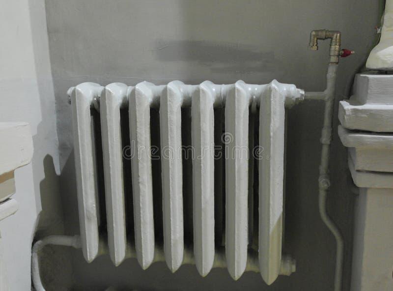 Vieux radiateurs de fonte près du mur photo libre de droits