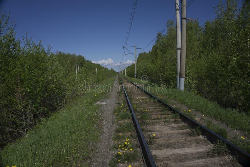 Vieux rails dans le paysage Clôture l'ina la terre image stock