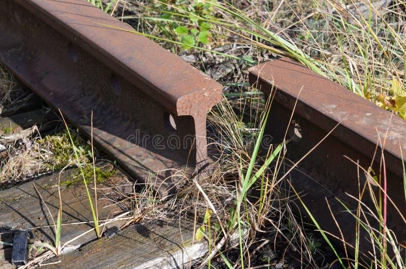 Vieux rails ferroviaires démontés rouillés photographie stock