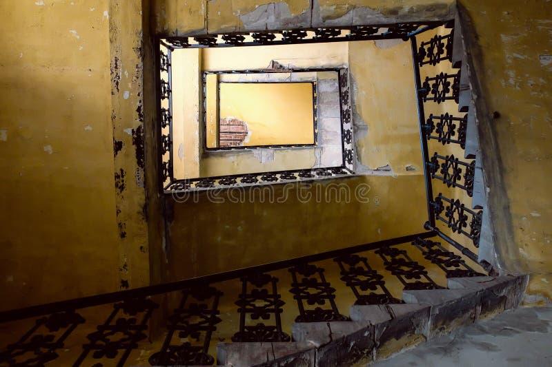 Vieux regard d'escalier photographie stock