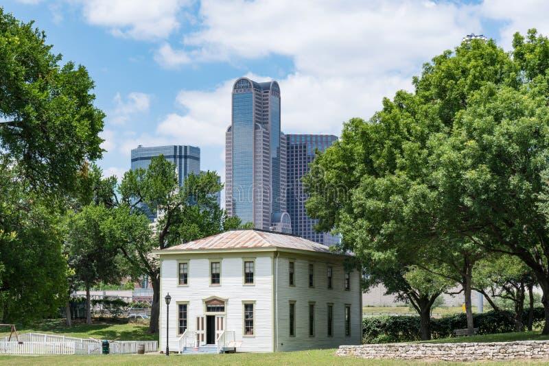 Vieux Renner School Against Dallas, Texas Skyline photographie stock