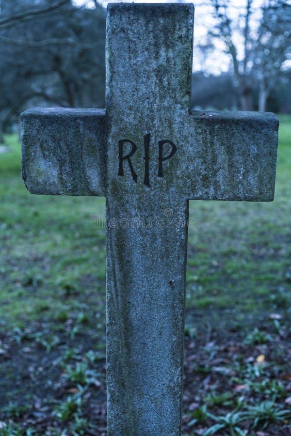 Vieux repos grave de DÉCHIRURE dans le crucifix de paix sur un cimetière photo stock