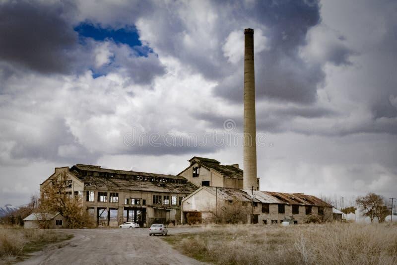 Vieux restes squelettiques d'une usine abandonnée photographie stock