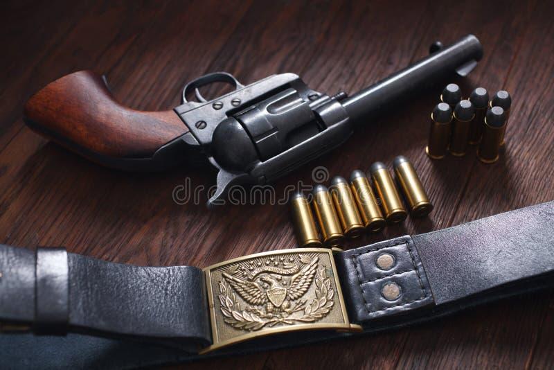 Vieux revolver avec des cartouches image stock