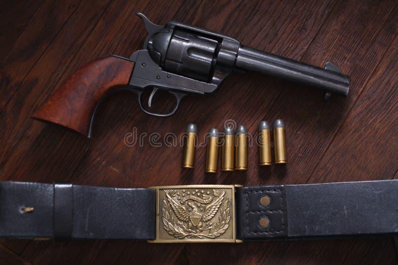 Vieux revolver avec des cartouches photographie stock libre de droits
