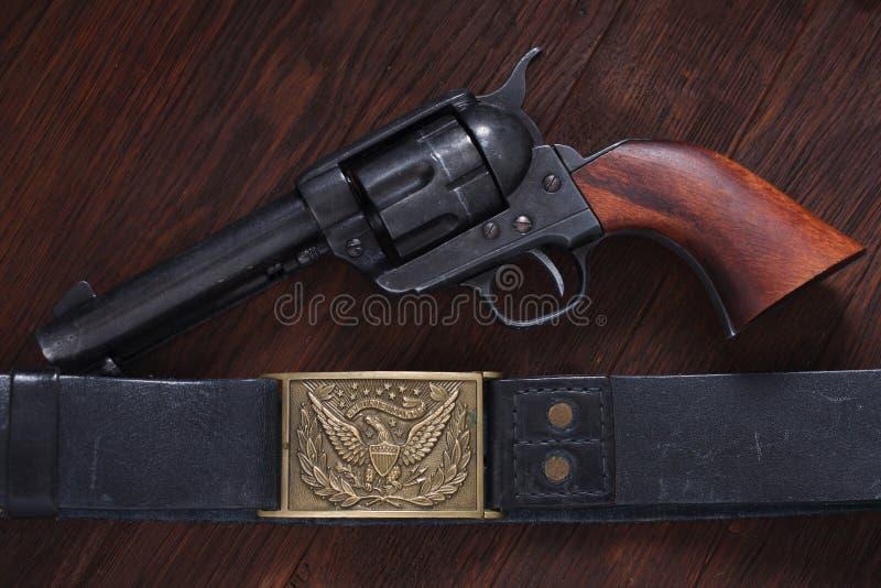 Vieux revolver avec des cartouches image libre de droits