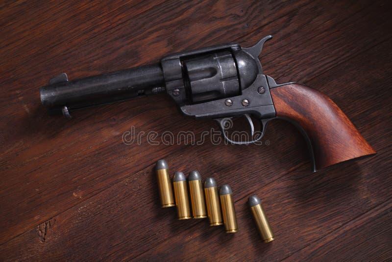 Vieux revolver avec des cartouches photographie stock