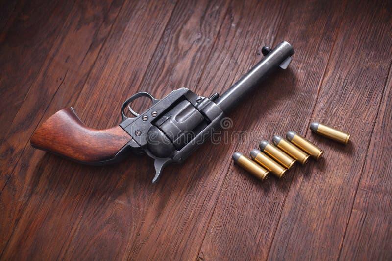 Vieux revolver avec des cartouches photos stock