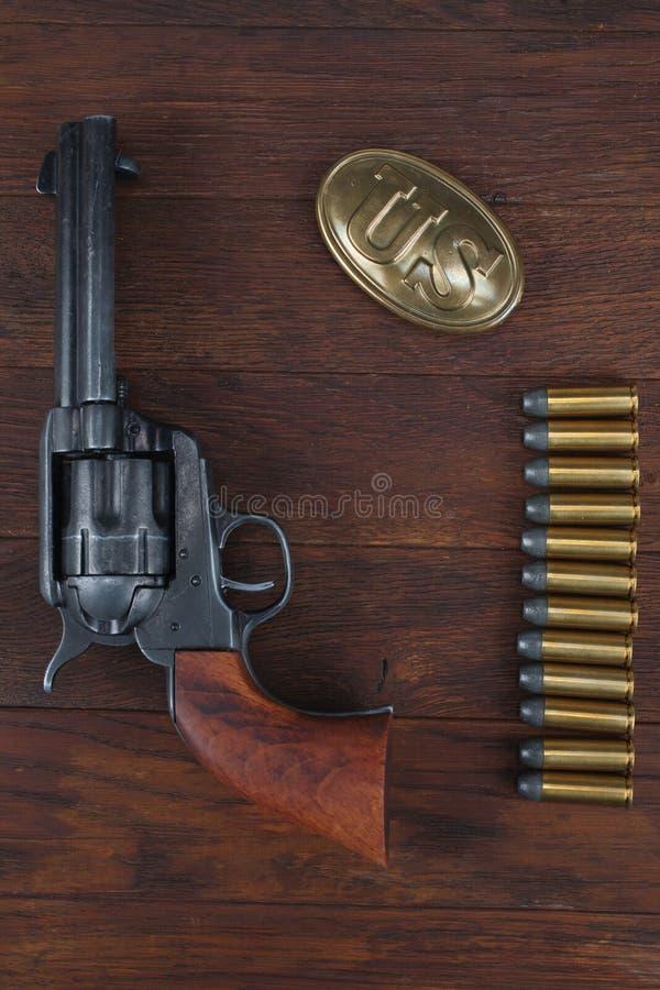 Vieux revolver avec des cartouches et U S Soldier& x27 d'armée ; ceinture de s avec une boucle images libres de droits