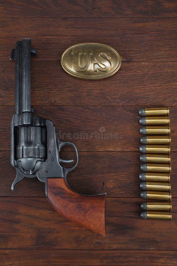 Vieux revolver avec des cartouches et U S Soldier& x27 d'armée ; ceinture de s avec une boucle photographie stock