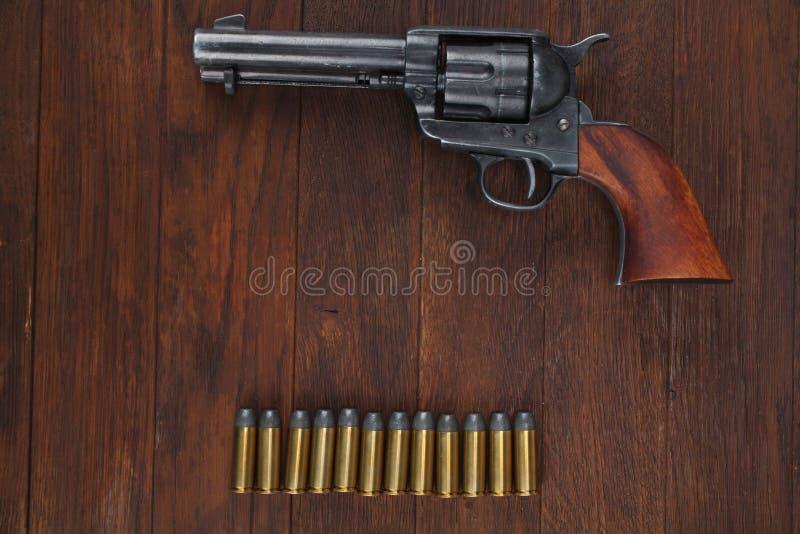 Vieux revolver avec des cartouches et U S Soldier& x27 d'armée ; ceinture de s avec une boucle photo stock