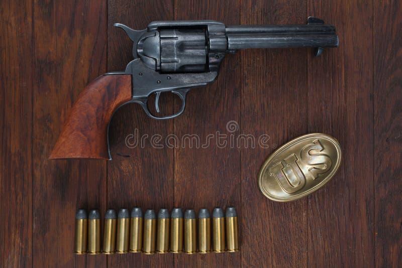Vieux revolver avec des cartouches et U S Soldier& x27 d'armée ; ceinture de s avec une boucle photo libre de droits