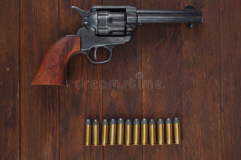 Vieux revolver avec des cartouches et U S Soldier& x27 d'armée ; ceinture de s avec une boucle photos stock