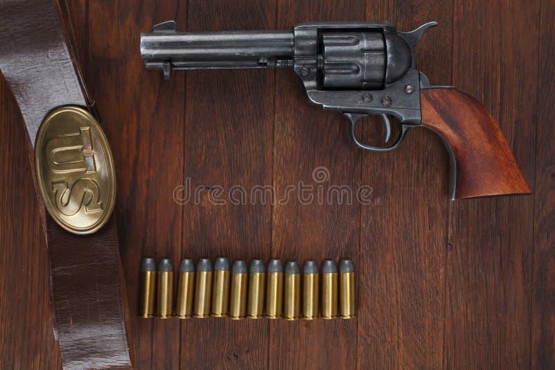 Vieux revolver avec des cartouches et U S Soldier& x27 d'armée ; ceinture de s avec une boucle images stock