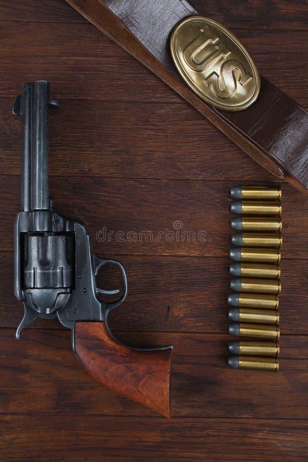 Vieux revolver avec des cartouches et U S Soldier& x27 d'armée ; ceinture de s avec une boucle image stock