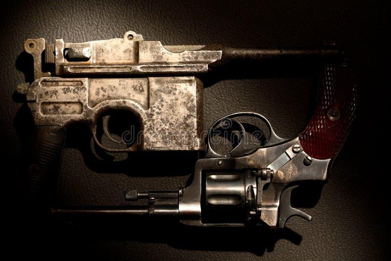 Vieux revolver et pistolet images stock