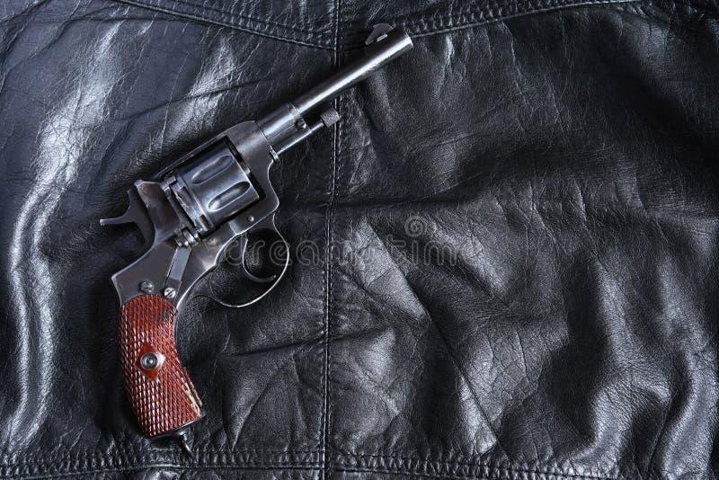 Vieux revolver sur le cuir photo stock