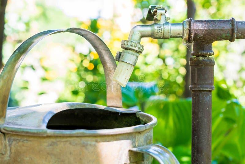 Vieux robinet d'eau avec de l'eau égoutture images libres de droits
