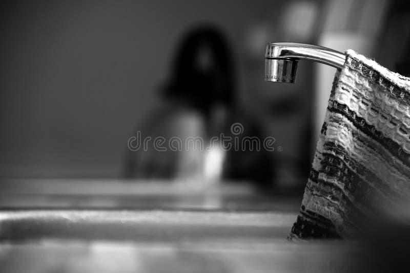 Vieux robinet de cuisine avec accrocher de chiffon de plat photos libres de droits