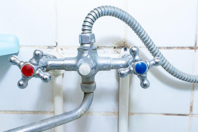 Vieux robinet sale avec l'?chelle de limescale ou de chaux l?-dessus, robinet de m?langeur sale de douche et tuyau dessus calcifi image libre de droits