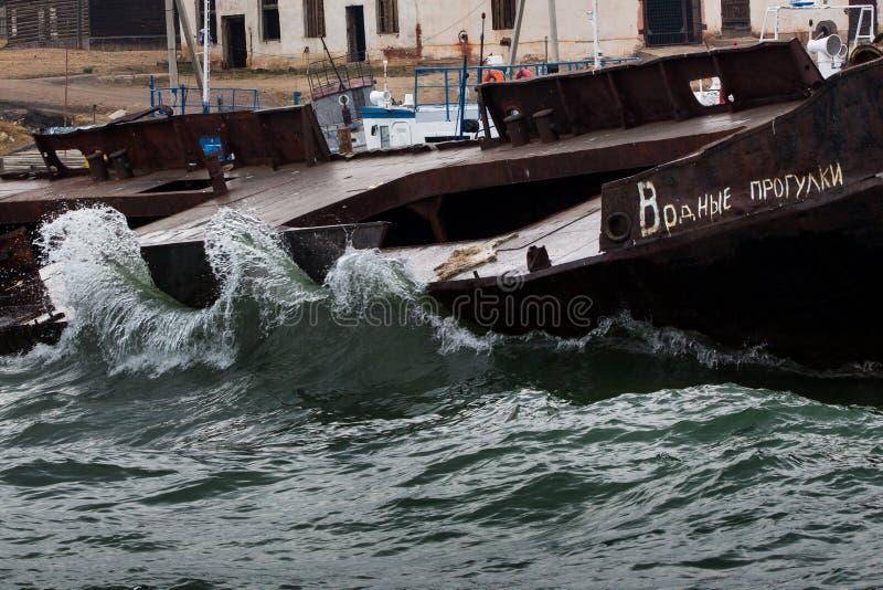 Vieux, rouillé bateau près du pilier Sur le bateau il indique images libres de droits