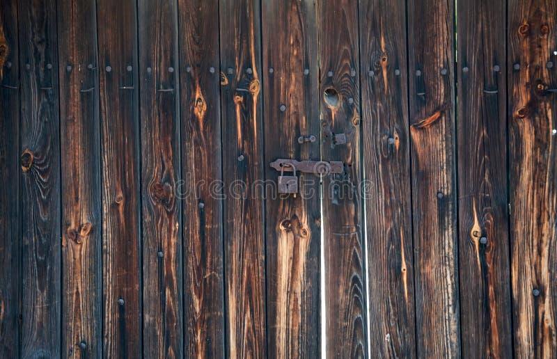 Vieux, rouillé cadenas sur les portes en bois de hangar images stock