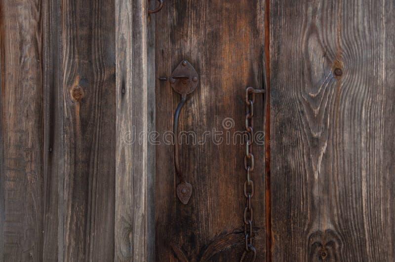 Vieux, rouillé cadenas sur les portes en bois de hangar photographie stock