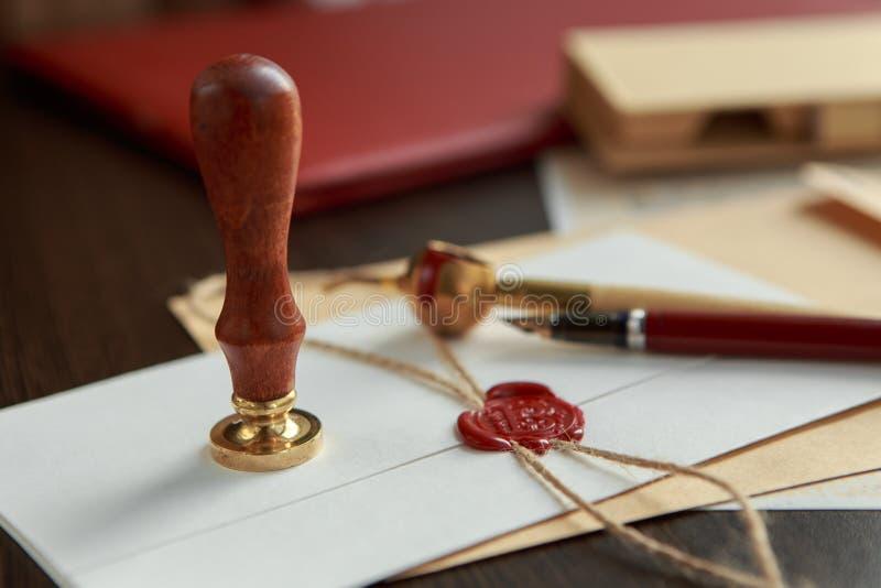 Vieux rouleau de parchemin ou de diplôme avec le stylo de joint et de cannette de cire images libres de droits
