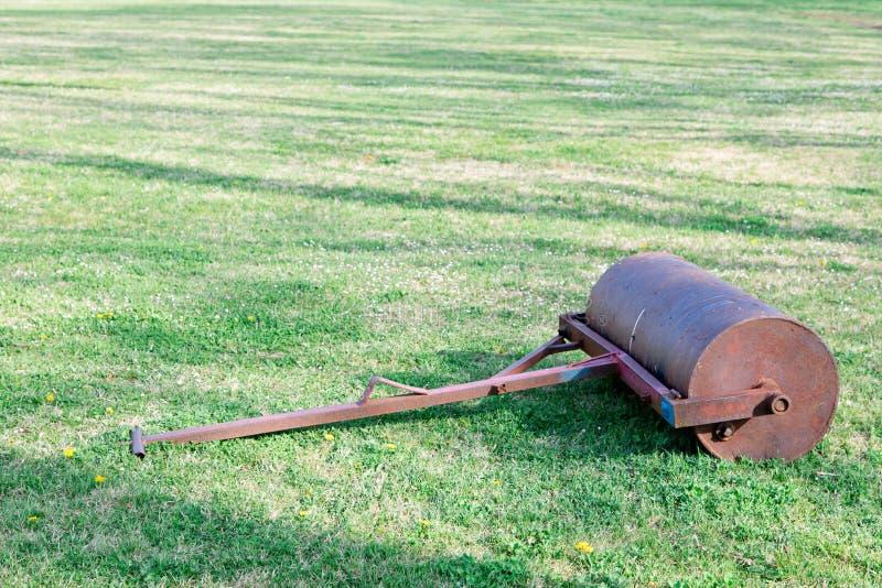Vieux rouleau en acier d'herbe sur la cour d'herbe photo libre de droits