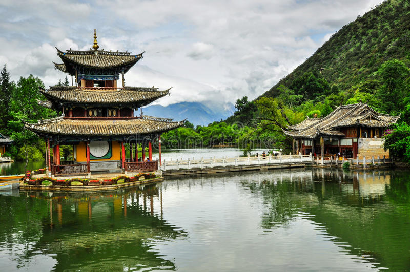 Vieux rues et bâtiments de ville de Lijiang Chine image stock