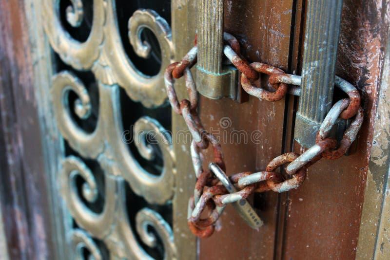 Vieux Rusty Lock et chaîne sur la porte superficielle par les agents d'en cuivre de patine du mémorial de mausolée de cimetière d photographie stock libre de droits