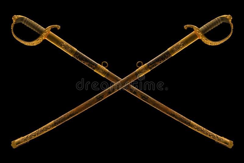 Vieux sabre cérémonieux croisé sur le fond noir images libres de droits