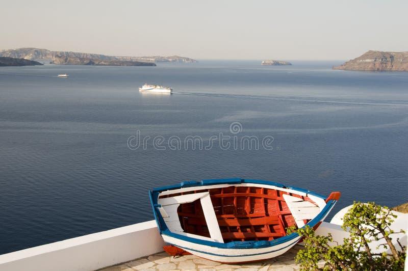 Vieux santorini d'oia de caldeira de bateau de pêche photos libres de droits